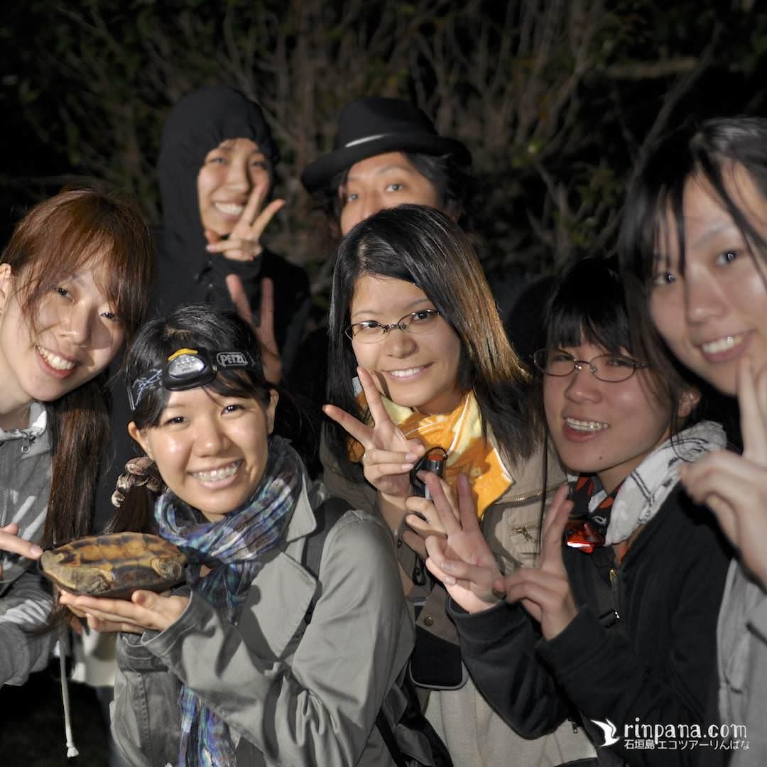 ヤエヤマイシガメを持つ学生