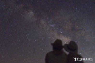 石垣島で人と天の川と星が一緒に写っている写真