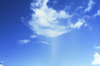 雲から雨が落ちる画像