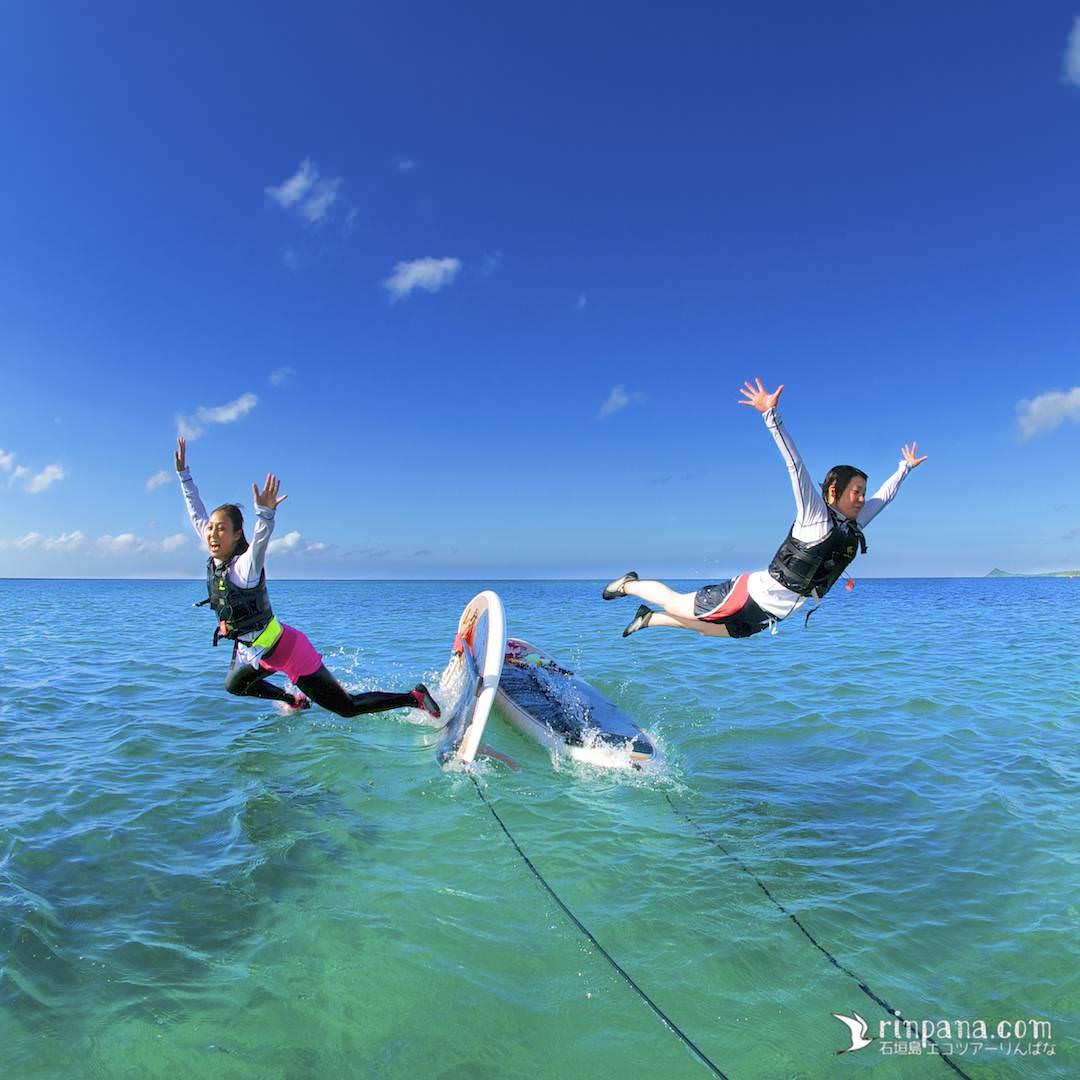SUPから海に飛び込む女性