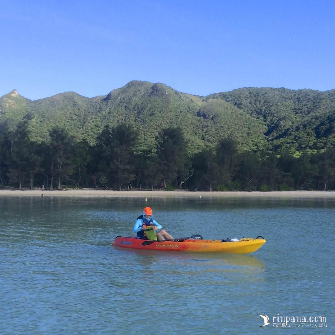 のんびりとカヌーを漕ぐ