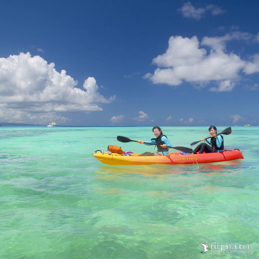 底地ビーチでカヌーをする写真