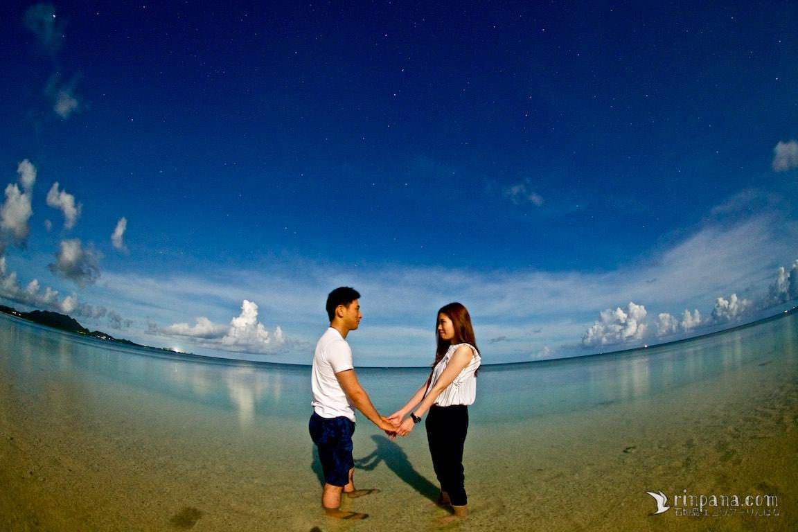 結婚式用の写真を石垣島の星空を背景に撮影