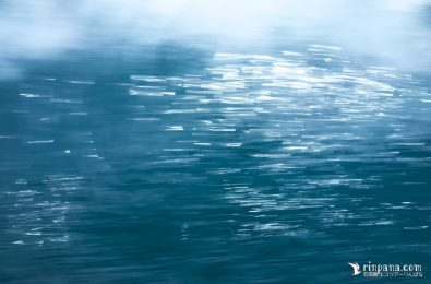 船が進む時の海面の写真
