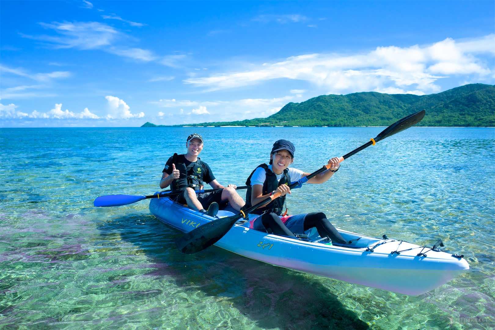 海のエコツアーでカヌーを漕ぐ参加者