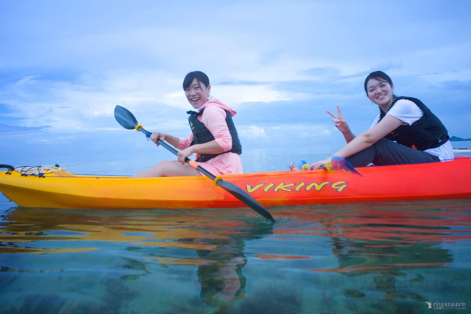 石垣島の海でカヌーを楽しむ参加者