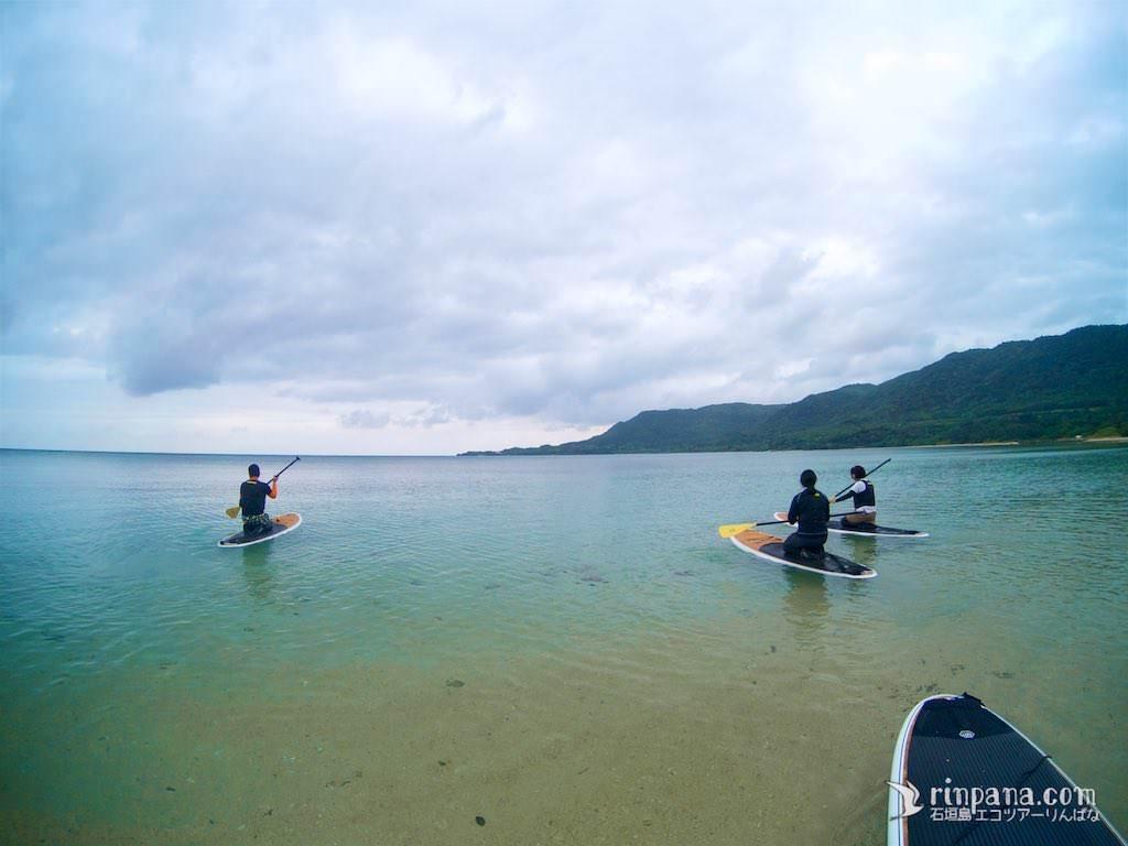 SUPツアーでは、最初は足がつく浅い場所で漕ぎ方の練習をする。