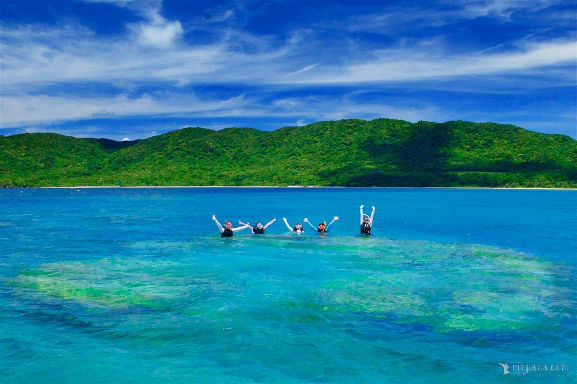 巨大なサンゴ礁の上でシュノーケルをする
