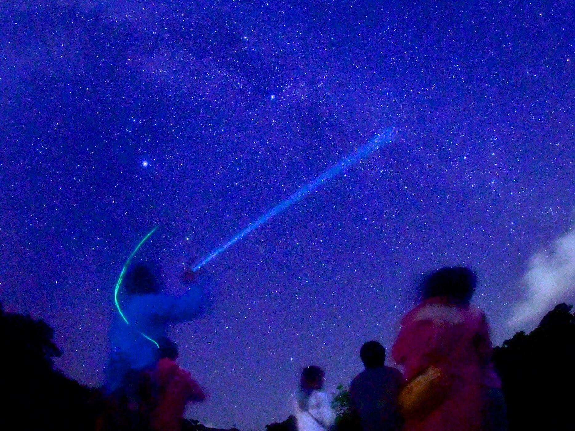 星座を案内するエコツアーガイド