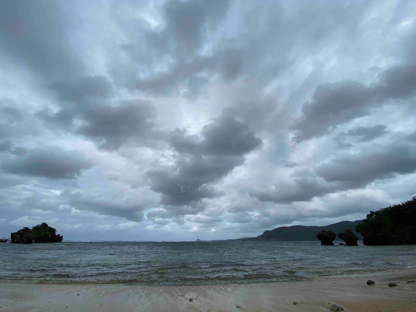 北の空から雲が押し寄せる石垣島北部の海岸