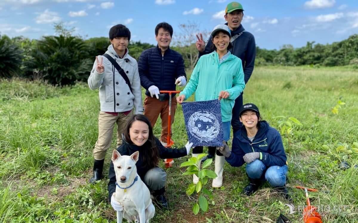 木を植えるサンゴキャンプの参加者