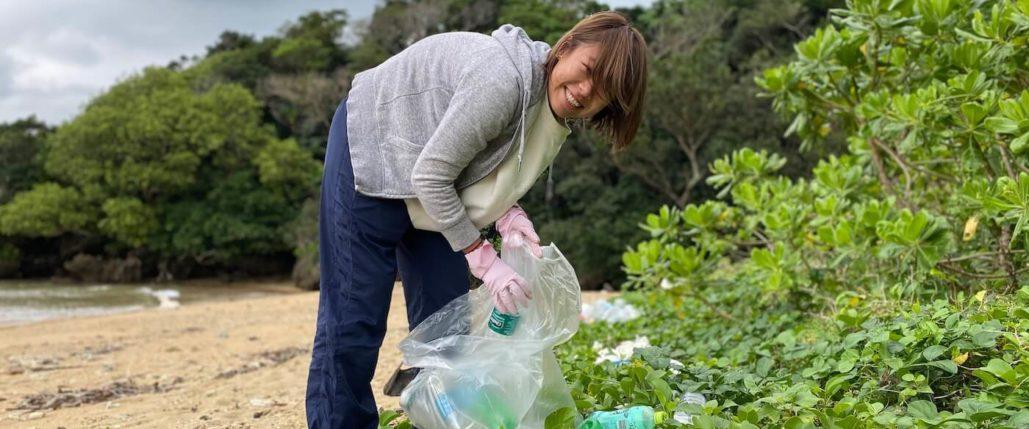 海岸ゴミを拾う女性
