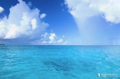 海にカーテンがかかるようにスコールが降る