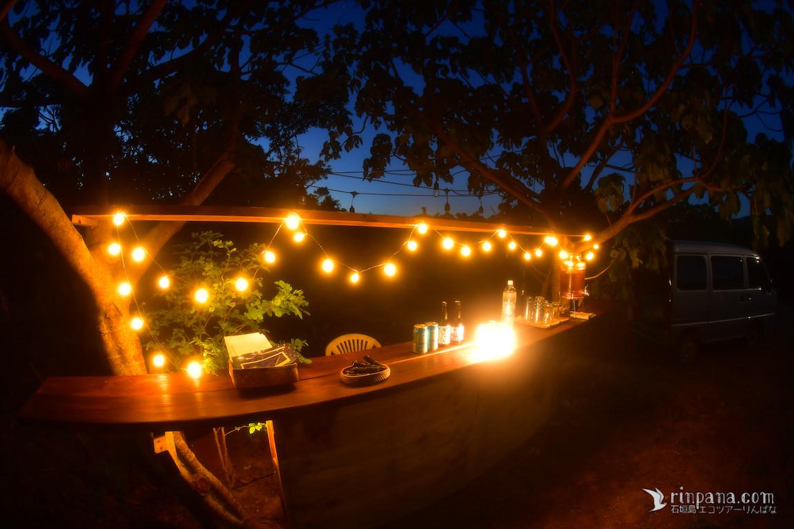 ロマンチックな夜。星空の下、島の美味しいお酒を一杯いかが?