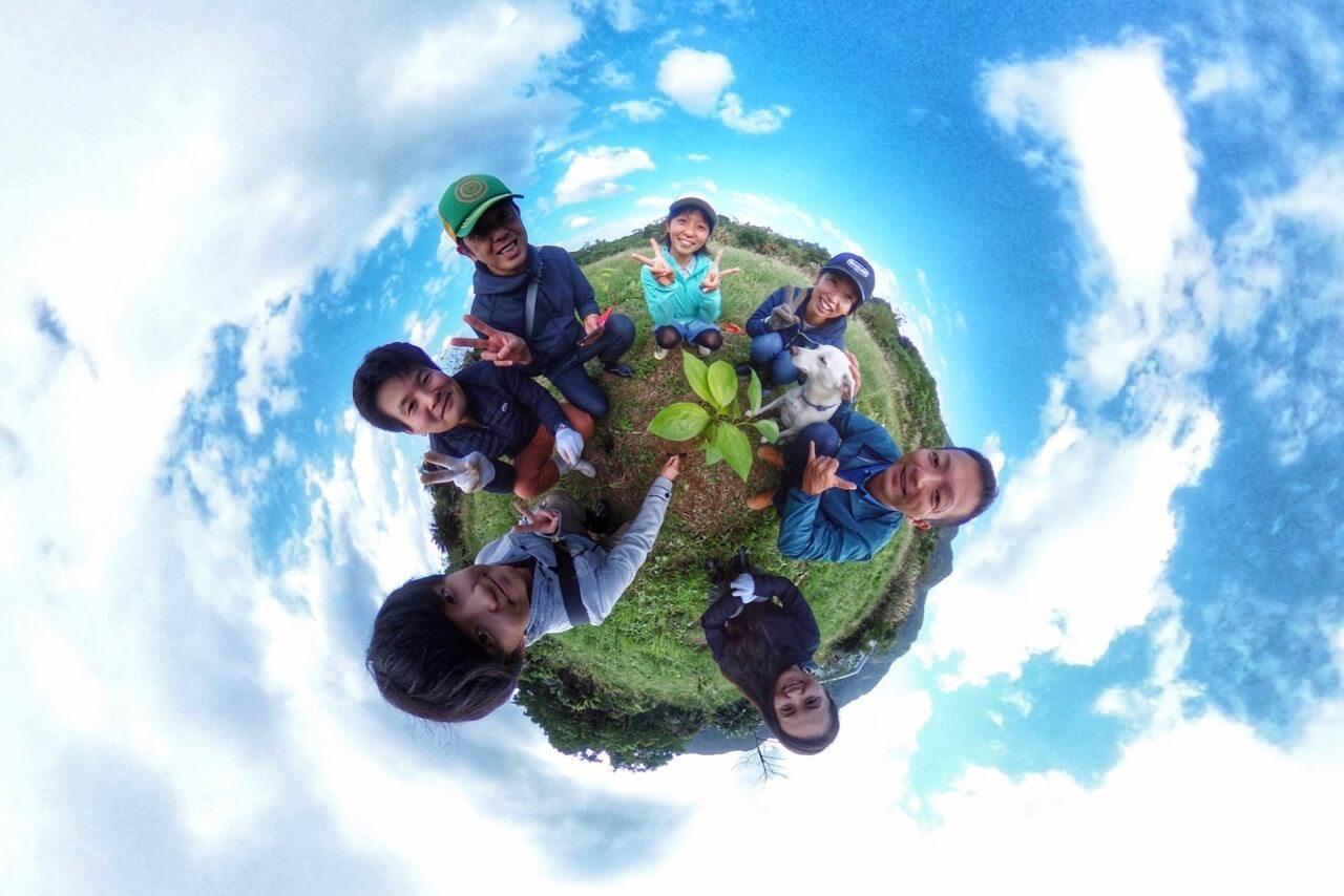 サンゴキャンプで木を植える参加者